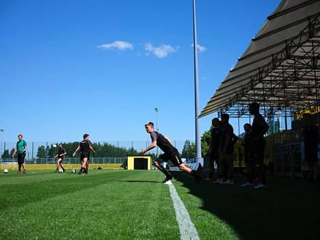 """Jonas Levänen teki liigadebyyttinsä FC Hongassa kaudella 2014, kun Shefki Kuqi oli seuran päävalmentajana. """"Treenit olivat aika hurlumheitä, mentiin kentälle ja pelattiin ilman paitsioita."""""""