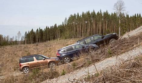 Kuva osoittaa, kuinka korkealle autot jaksoivat kiivetä soramäkeä. Yeti hyytyi alkuun, Land Cruiser pääsi pisimmälle.