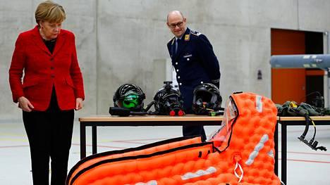 Saksan liittokansleri Angela Merkel katseli armeijan kelluntavälinettä Saksan ilmavoimien tukikohdassa lähellä Kölniä maaliskuun lopulla.