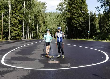 Laura Mononen ja Ristomatti Hakola ovat jo harjoitelleet Oittaan uudella rullahiihtoradalla.