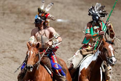 Alkuperäiskansan edustajat ratsastivat Calgaryn Stampede rodeon avajaisseremonioissa Calgaryssä Kanadassa.
