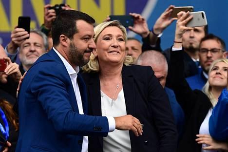 Euroopan oikeistoa ja äärioikeistoa edustavien puolueiden johtajat kohtasivat viikonloppuna Milanossa. Mukana olleista Venäjän kanssa läheisissä väleissä on kerrottu olevan erityisesti Italian sisäministeri Matteo Salvinin (vas.) ja Ranskan Kansallista rintamaa johtavan Marine Le Penin.
