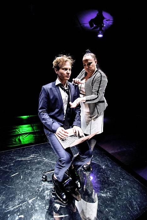 Elias Salonen hakee töihin naistenlehteen, ohjaaja Anna Veijalainen näyttelee hyytävää pomoa.