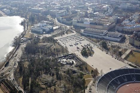 Näkymä Mäntymäen kentälle Töölönlahden luoteispuolella.