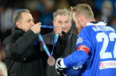 Venäjän urheiluministeri Vitali Mutko ja duuman edustaja, entinen jääkiekon huippumaalivahti Vladislav Tretjak onnittelivat Suomen kapteenia Ville Aaltosta.