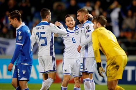 Bosnia ja Hertsegovina hakee paikkaa jalkapallon EM-kisoihin Kansojen liigan kautta. Kuvassa maa juhlii Liechtensteinia vastaan EM-karsintojen päätöskierroksella.