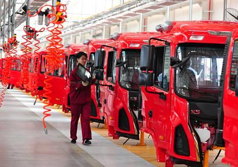 Työntekijä ajoneuvotehtaan kokoamislinjalla Fuyangissa Kiinassa viime huhtikuussa.