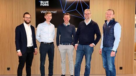 Devcon Matias Karioja (vasemmalla) ja Lauri Stadigh sekä Blueforsin Rob Blaauwgeers ja Pieter Vorselman. Oikealla Devcon Juhani Laakso.