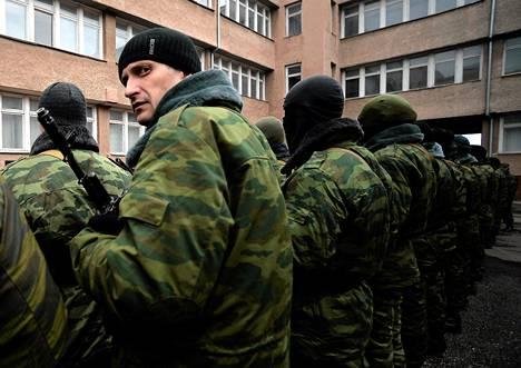Venäjänmieliset Krimin automisen tasavallan armeijan sotilaat odottivat sotilasvalan vannomista värväytymiskeskuksessa Simferopolissa maanantaina.