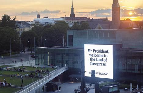 Kuva HS:n mainoksesta Musiikkitalon edustalla.