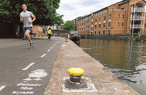 Kanavan varren ankkakaistalla Lontoossa oli perjantaina hiljaista, koska ankat suosivat vesireittejä.