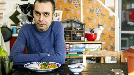 Antti Nylénin ruokapöydälle sopii vain eläviä eläimiä. Maire-niminen kissanpentu on tuore perheenjäsen.