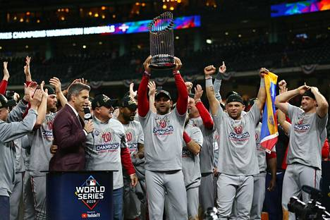 Washingtonin pelaajat juhlivat voittoa.