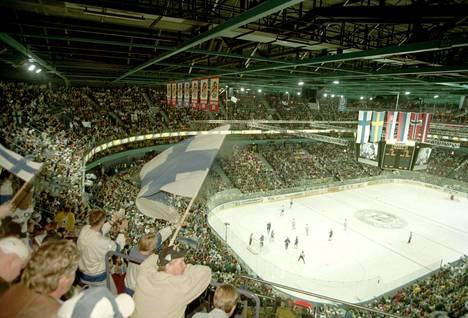 Jääkiekon MM-kisoja pelattiin Hartwall-areenassa ensimmäisen kerran vuonna 1997. Suomalaisyleisö riemuitsee Suomi -Slovakia ottelussa 2. toukokuuta 1997