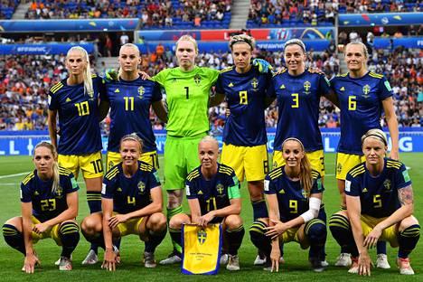 Ruotsi voitti pronssia jalkapallon MM-kisoissa. Tässä joukkue on kuvattuna juuri ennen Hollantia vastaan pelattua välieräottelua.