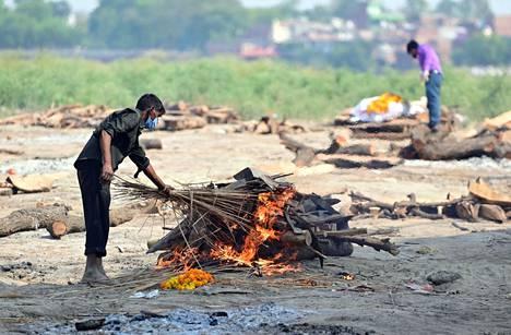Perinteisen polttohautauksen valmistelua Uttar Pradeshissa aiemmin toukokuussa.