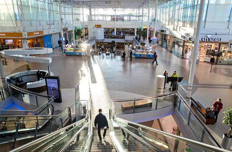 Suhdanne on huonontunut nopeasti. Asiakkaiden määrä kauppakeskuksissa, kuten Jumbossa Vantaalla, on vähentynyt, koska ihmiset pysyvät kodeissaan välttääkseen korona virustartuntaa. Kulutuksen väheneminen on yksi merkittävä syy, miksi Suomen talous vajoaa tänä vuonna taantumaan.