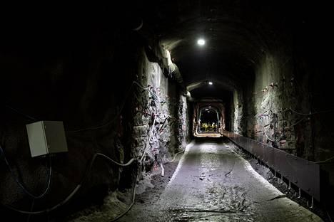 Tutkimusluolasto Onkalon pohjalle, yli 400 metrin syvyyteen, on louhittu 50 metrin pituinen tunneli, jonka perällä ammottaa pyöreä kuilu. Sinne lähes viisi metriä pitkä kuparipintainen loppusijoituskapseli pian liu'utetaan.