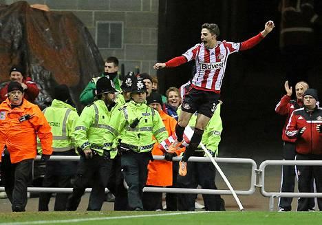 Sunderlandin Fabio Morini juhli ManUn verkkoon tekemää voittomaaliaan.