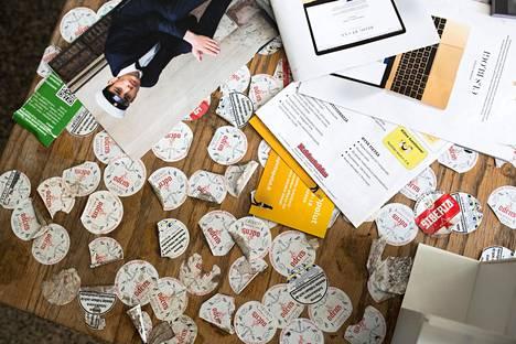 Etu-Töölön lukion aulassa oleva pöytä on teipattu täyteen nuuskarasioiden etikettejä. Kuva on vuodelta 2018.