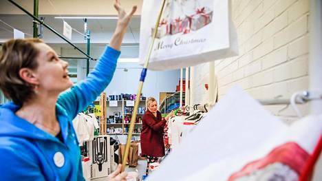 Hope yhdistyksen tiiminvetäjä Heli Nyholm (etualalla) ja toiminnanohjaaja Nora Virtanen lajittelevat vähävaraisten perheiden lapsille jaettavia joululahjapaketteja.