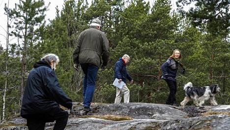 Tapani Launis (vas), Tuomo Kotimäki, Lauri Nordberg ja Sanni Seppo xxx koiran kanssa esittelevät Riistavuoren metsää.
