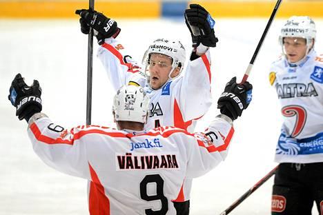 JYPin Ossi Louhivaara (kesk.) ja Jyrki Välivaara juhlivat maalia illan ottelussa.