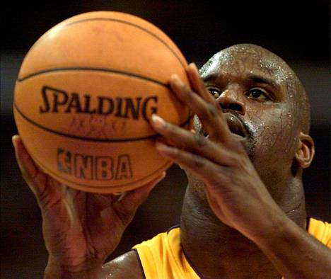 Shaquille O'Neal edusti vuonna 2001 Los Angeles Lakersia.