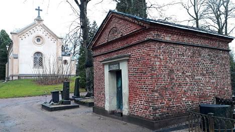 Salomon Janssonin sukuhauta sijaitsee vuonna 1829 käyttöön vihityn Hietaniemen hautausmaan vanhalla alueella.