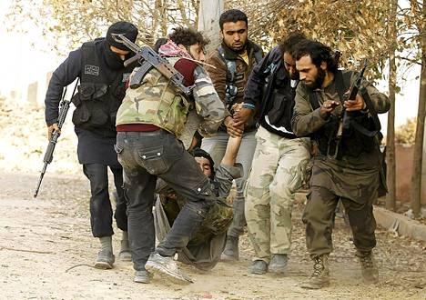Kapinallisryhmä kuljetti hallituksen joukkoja vastaan käydyissä taisteluissa haavoittunutta toveriaan Aleppossa perjantaina.