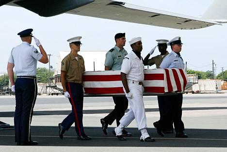 Pohjois-Koreasta löytyneet amerikkalaissotilaan jäänteet kannettiin arkussa ulos lentokoneesta Hickamin tukikohdassa Havaijilla huhtikuussa 2007. Yhdysvaltain puolustusministeriö Pentagon on myöntänyt lavastaneensa saapumistilaisuudet seitsemän vuoden ajan.
