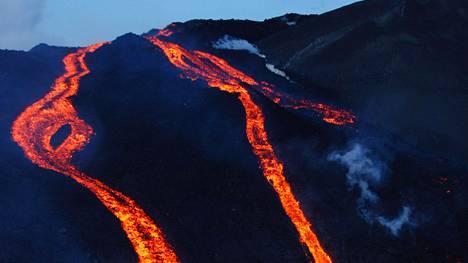 Laava virtasi, kun tulivuori Fimmvörðuháls purkautui Islannissa vuosikymmenen alussa.