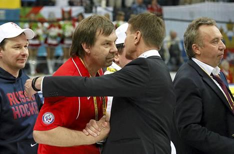 Erkka Westerlund onnitteli Venäjän valmentajaa Oleg Znarokia MM-finaalin jälkeen.