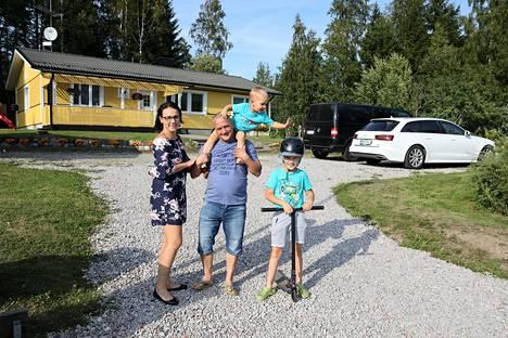Virosta Suomeen muuttaneet Kati Mihkelsaar ja Peeter Teesalu asuivat ensin vuokralla ja asumisoikeusasunnossa Vantaalla, kunnes löysivät unelmiensa kodin Pornaisista. Lapsista Karl Teesalu, 9, on syntynyt Virossa ja Robert Teesalu, 2, Suomessa.