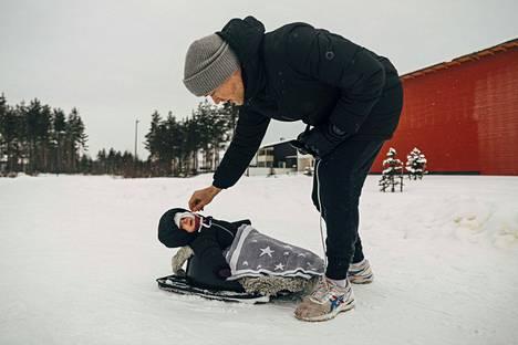 """Arttu Kuivala viettää kahden kuukauden vanhempainvapaajaksoa lapsensa Pihla Kuivalan kanssa. Puolisonsa kanssa hän on miettinyt, että kotihoidontukea saatetaan käyttää vähän aikaa ennen kuin lapsi aloittaa päiväkodissa. """"Jos lapsi on yhdeksän kuukautta, kun vanhempainvapaa päättyy, se voi olla liian aikaista laittaa hoitoon."""" Kuivalat ulkoilivat Oulun Hiukkavaarassa, jossa asuu suhteellisesti Suomen eniten kotihoidon tukea saavia."""