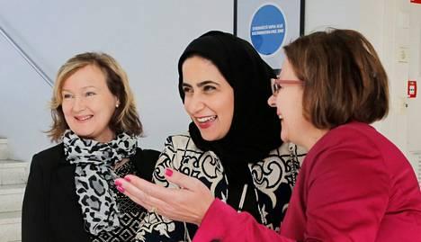 Bahrainin kuningashuoneen prinsessa Sheikha Noora Bint Khalifa Al Khalifa (kesk.) tutustui tiistaina Metropolia-ammattikorkeakouluun. Ammattikorkeakoulun toimintaa hänelle esittelivät Metropolian koulutusviennin asiantuntija Aija Ahokas (vas) ja johtaja Katri Luukka.