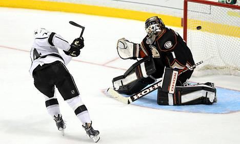 Los Angeles Kingsin Dwight King onnistui voittolaukauskisassa yllättämään Anaheim Ducksin maalivahdin Jonas Hillerin.