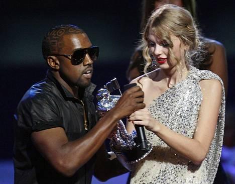 Vuonna 2009 Kanye West nappasi Taylor Swiftiltä mikrofonin kesken tämän kiitospuheen.