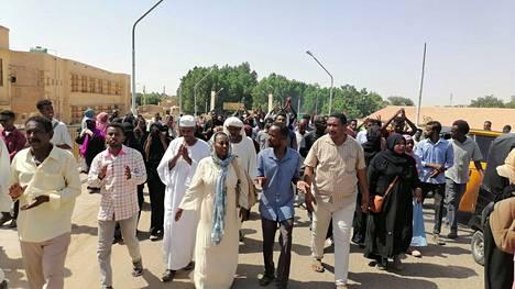 Tuhannet ihmiset ovat nousseet vastustamaan sotilasjohdon vallankaappausta maanantaista alkaen. Kuva Atbarasta keskiviikolta 27. päivä lokakuuta.
