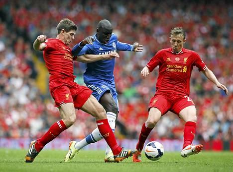 Steven Gerrard (vas.) päästi Demba Ban maalintekoon. Lucas Leiva ei ehtinyt hätiin.