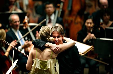 Esa-Pekka Salonen kiitti viulisti Leila Josefowicziä tämän tulkittua Salosen viulukonserton Lincoln Centerin Avery Fisher Hallissa.
