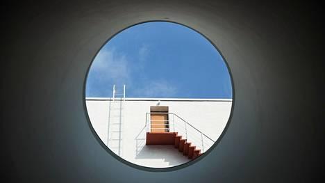 Amos Rex aukeaa pian rajoitetusti. Kuva Amos Rexin aulan ikkunoista ulos Lasipalatsin aukiolle.