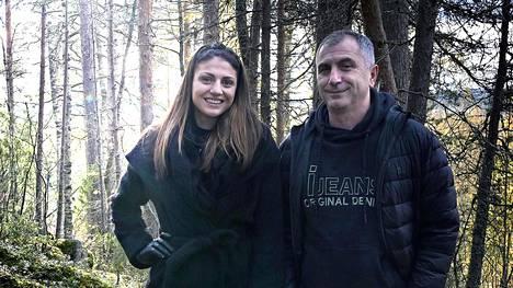 Tytär ja isä.   Nooralotta ja  Basri Neziri  tukevat toisiaan.