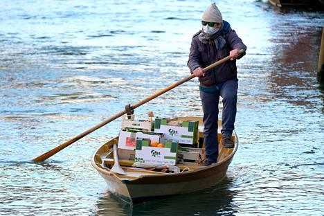 Gondolikuski kuljetti veneellään hedelmiä 25. maaliskuuta Venetsian kanaaleissa.