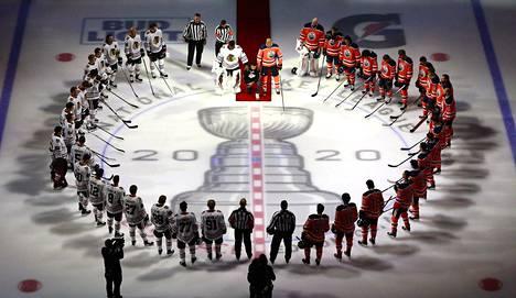 Pelaajat kerääntyivät jäälle rinkiin ennen ottelun alkua Edmontonissa.