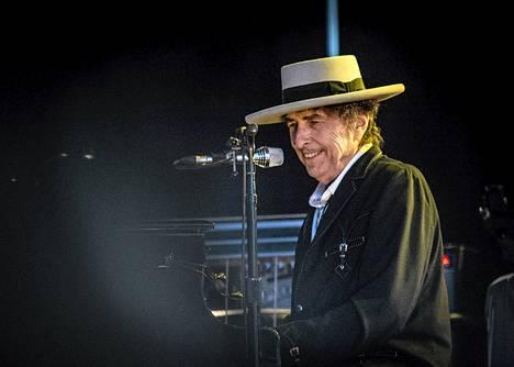 Ruotsalainen fani sai Bob Dylanin nauramaan yksityiskeikalla Philadelphiassa. Dylania nauratti myös Pori Jazzissa heinäkuussa (kuvassa).