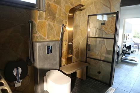 Tältä näyttää Villa Mikaelin wc ja suihku.