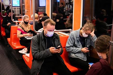 Muun muassa metroissa ei saa enää olla täyttä, jos Suomessa otetaan vaiheen kaksi koronatoimet käyttöön.