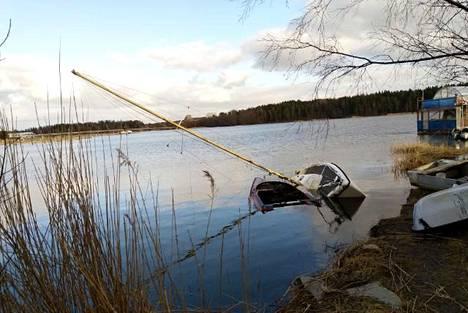 Puoliksi uponnut vene on ollut paikoillaan tiettävästi jo vuosia.