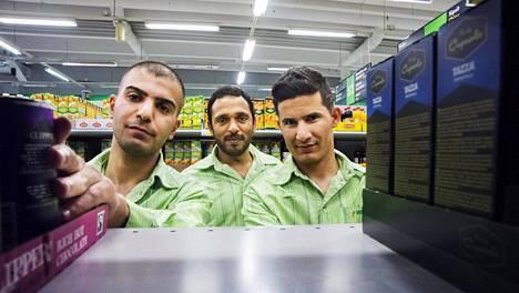 Atheer Dhia Salahden (vas.), Ahmed Kamil ja Mohammd Gbori ovat kolme viikkoa kestävässä työelämään tutustumisharjoittelussa Kirkkonummen Munkinmäen Prismassa.